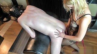 Sklave ANAL entjungfert mit dem Strapon in den Arsch