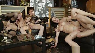 Partouze dans un club (Orgy, facial)