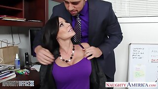 Handsome emploee Johnny helps Kendra Lust to splinter after a unending working day